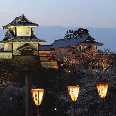 Japonla région Centre de l'île de HonshuKanazawale château à la tombée de la nuitkanazawa castlecredit: Frédéric Soreau/Photononstop RM/Getty Images